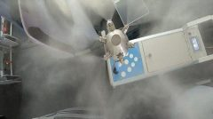 رباتهایی که هواپیماها را برای مقابله با کروناویروس ضدعفونی میکنند+عکس